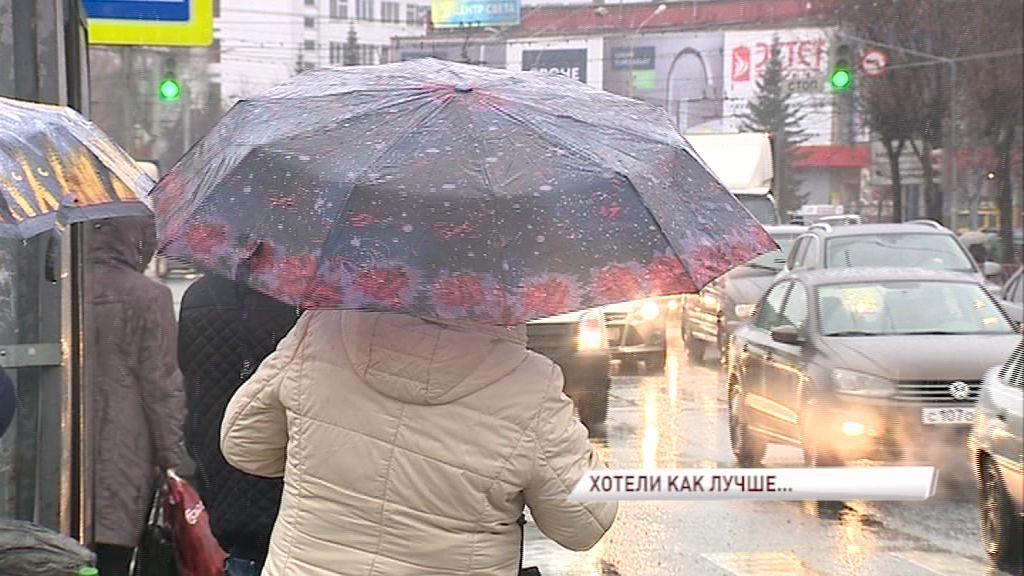 Почему ожидание автобусов превратилось в настоящее испытание: плохая погода, дырявый зонтик или отсутствие остановок?