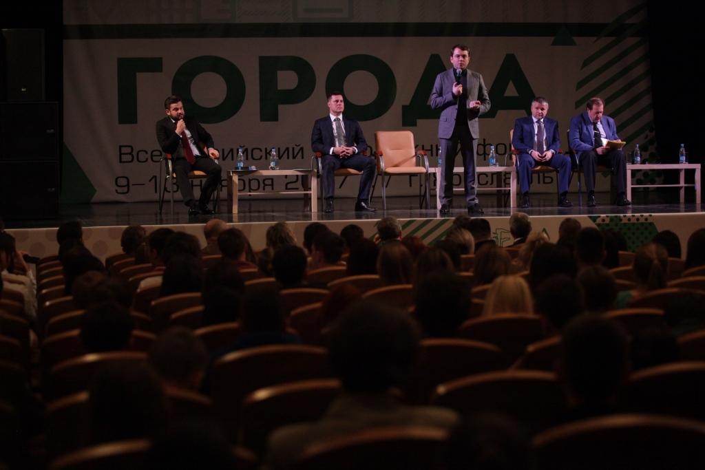 Андрей Чибис осмотрел после реконструкции зону ЮНЕСКО, оценил губернаторский проект «Решаем вместе» и побывал на открытии молодежного форума