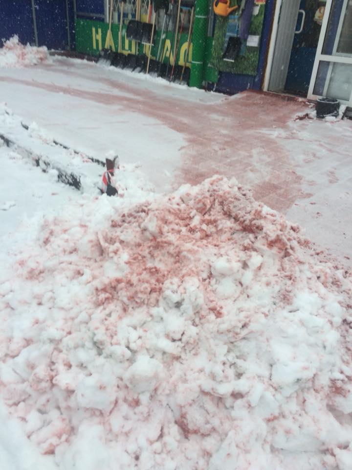 Со снегом сошла вся краска с плитки на Угличском рынке