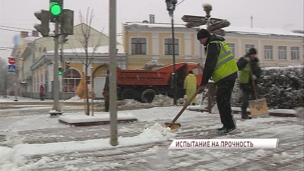 Не ждали: Сильный снегопад привел к пробкам, авариям, а коммунальщики боролись со стихией