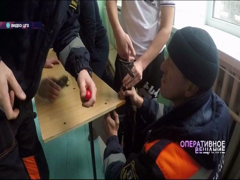 ВИДЕО: палец ученика застрял в прикладе автомата во время разборки