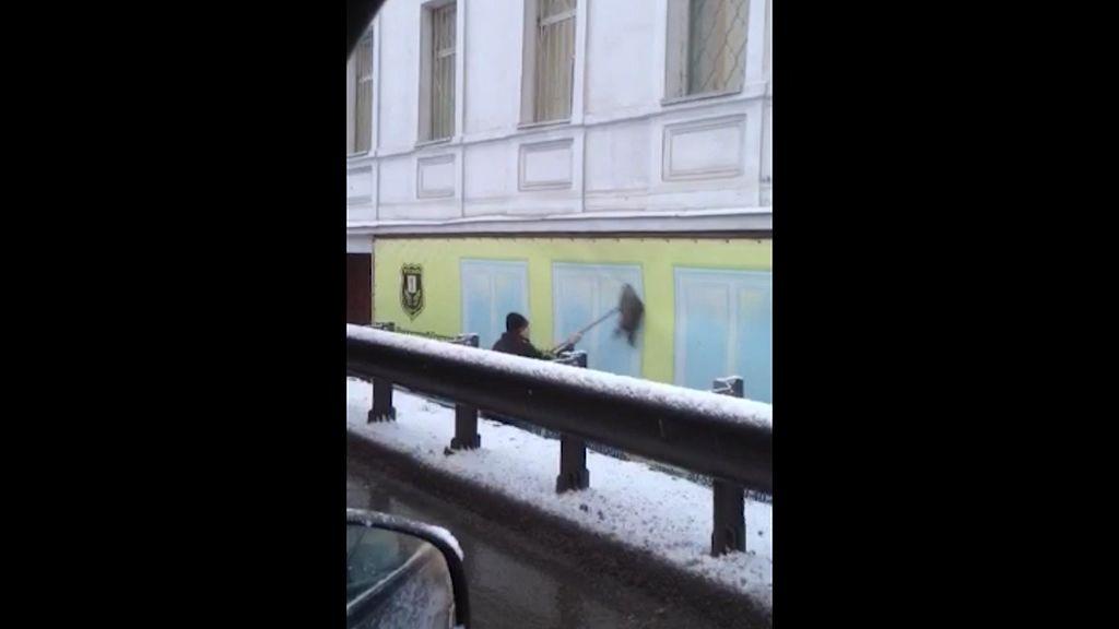 Ярославский Мистер Мускул: горожане сняли на видео мойщика искусственных окон