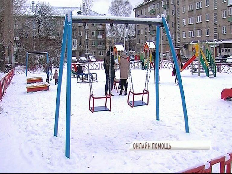 В рамках проекта «Решаем вместе» в одном из дворов на улице Чкалова отремонтировали детские качели