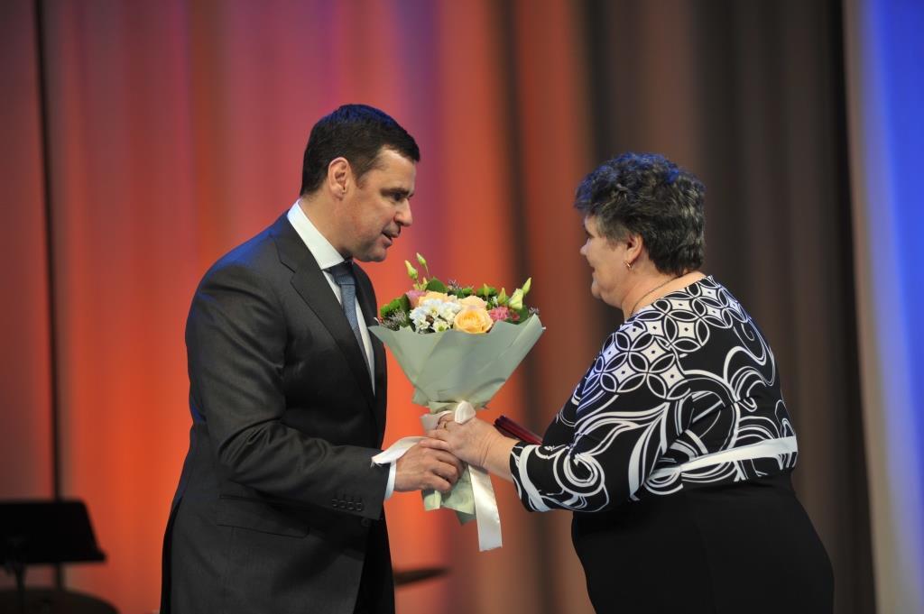 Дмитрий Миронов вручил медали «За верность родительскому долгу» многодетным семьям региона