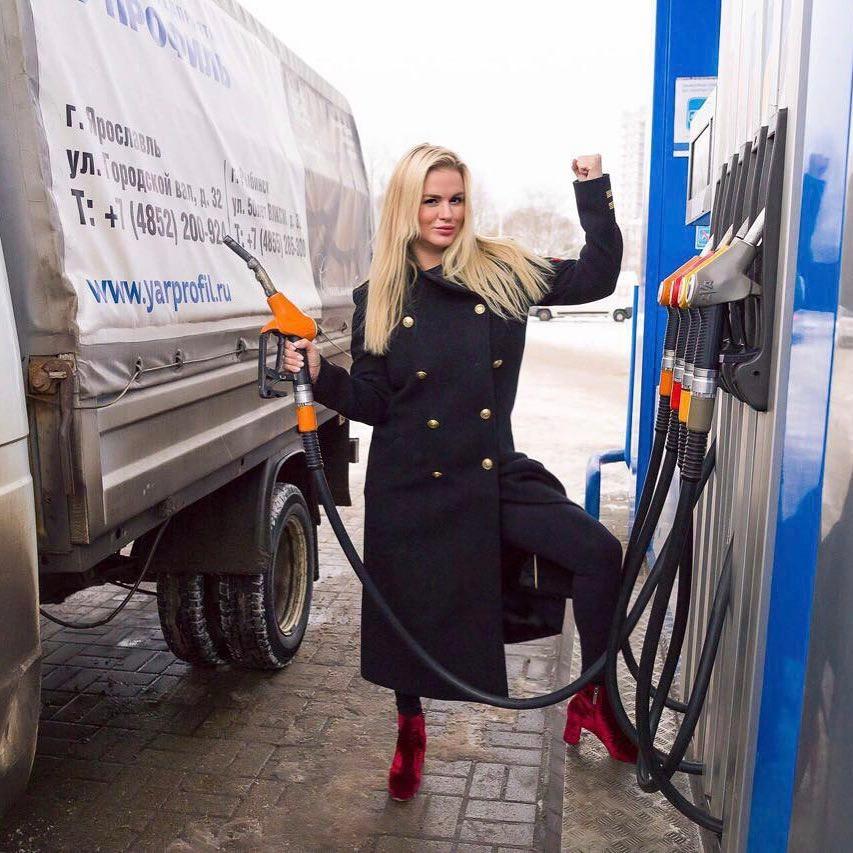 Королева бензоколонки: Анна Семенович заправляла авто ярославских водителей