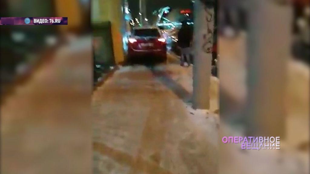 Водитель иномарки из-за пробок решил прокатиться прямо по тротуару с пешеходами