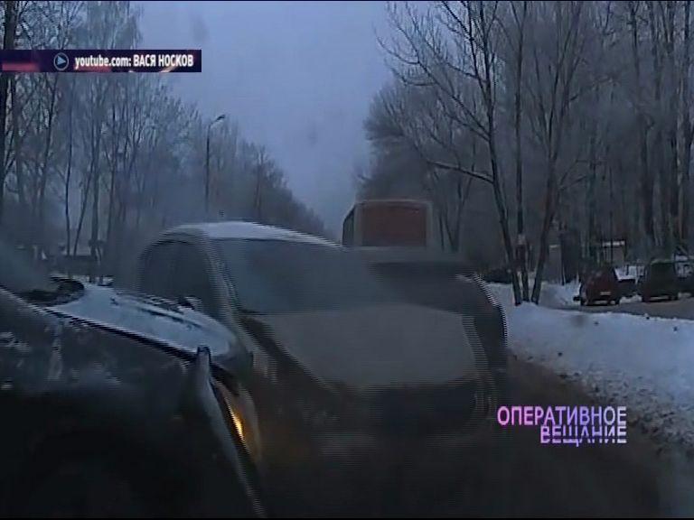 ВИДЕО: На Калинина иномарка вылетела на встречку и протаранила несколько авто