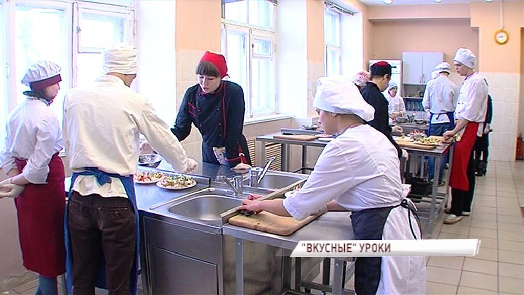 Студенты Ярославского колледжа индустрии питания провели мастер-классы: сливочные розы, 3D-желе и елки из салфеток