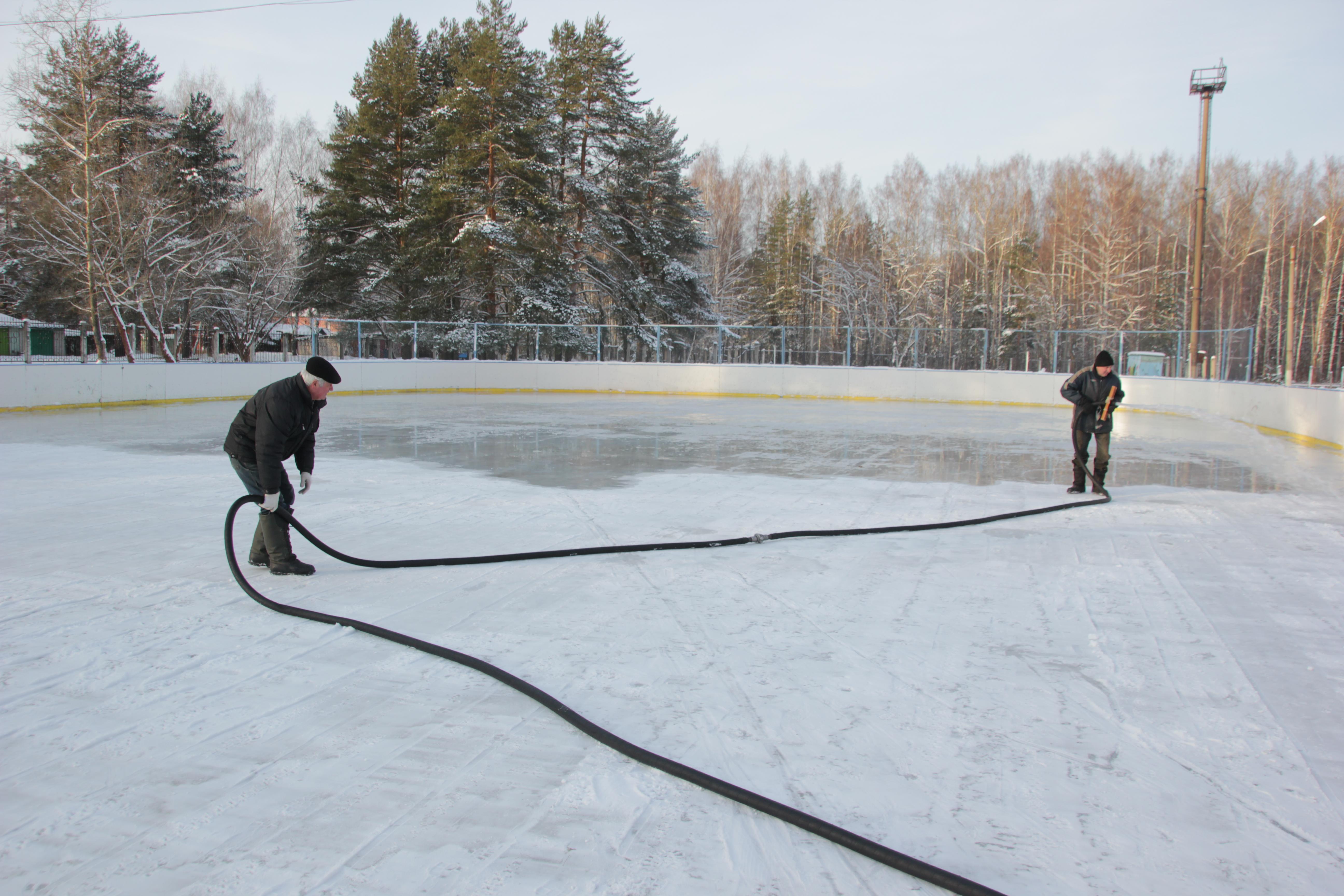 На ярославских катках начали заливать лед