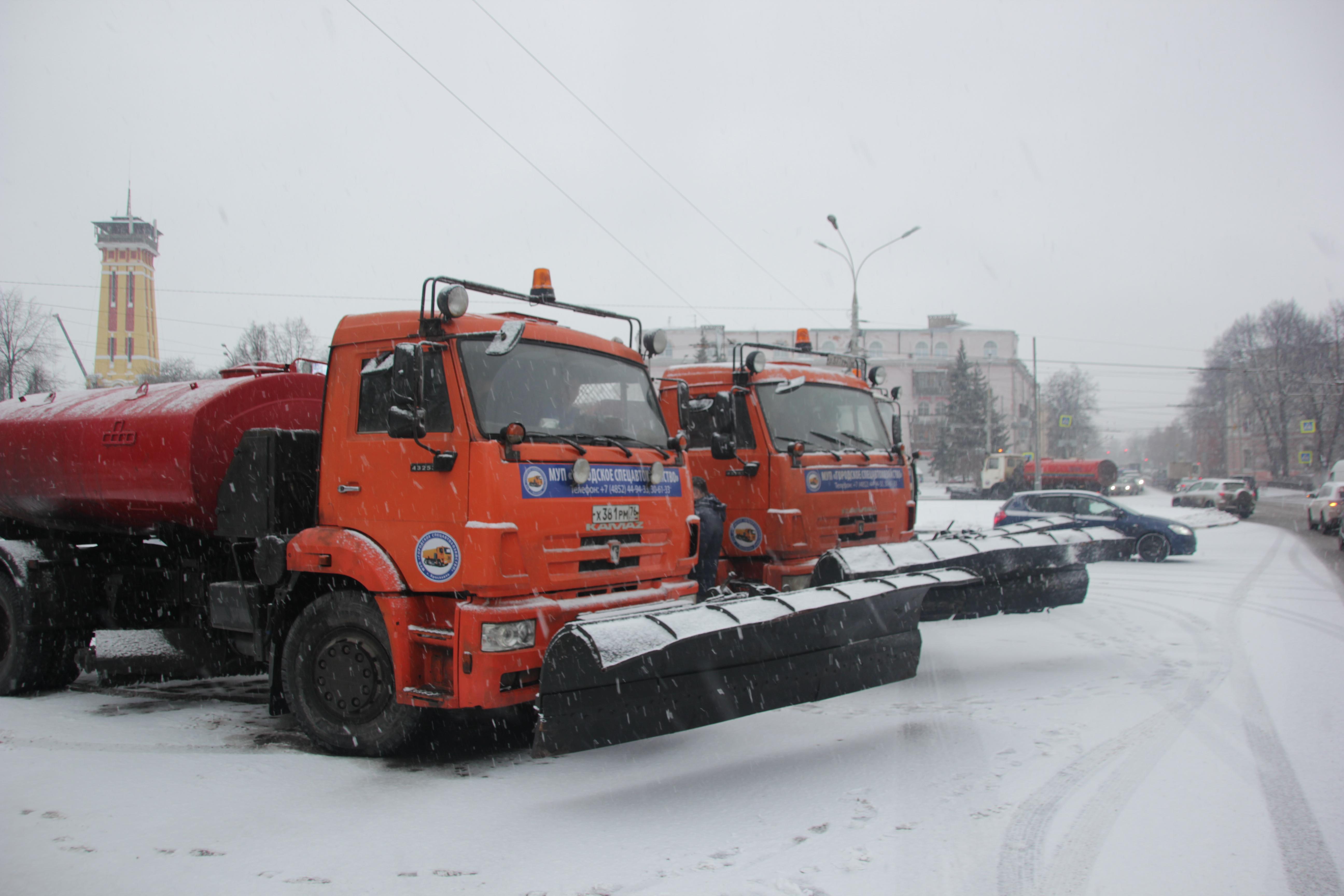 На борьбу со снегопадом в Ярославле вышло десять звеньев спецтехники