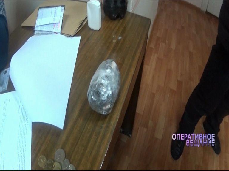 Полиция поймала наркоторговца: при себе у него обнаружили 100 свертков с порошком