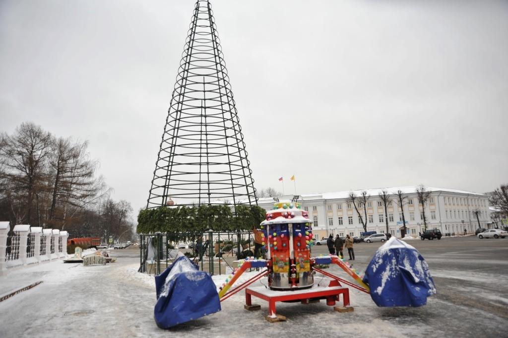 ФОТО: на Советской площади началась установка главной новогодней елки региона