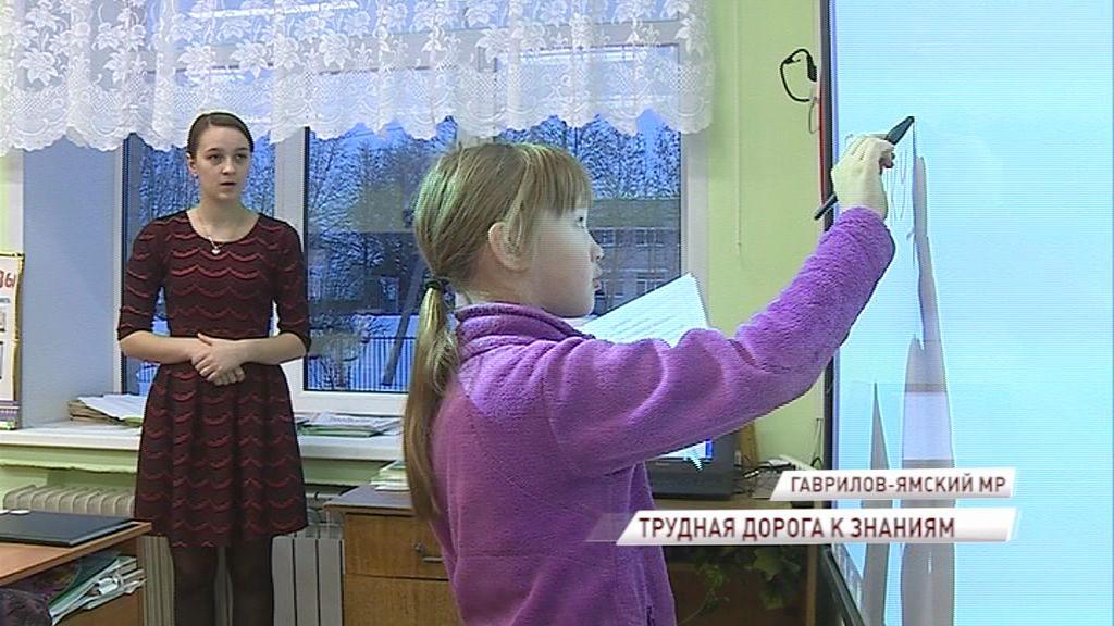 Непростая дорога к знаниям: восьмилетняя девочка вынуждена идти несколько километров до школы