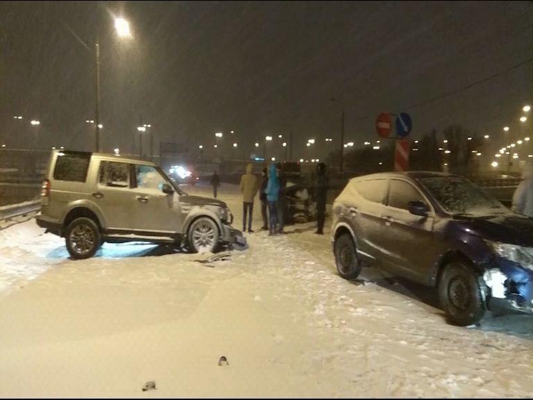 Серьезная авария в Ярославле: на Промышленном шоссе столкнулись три автомобиля