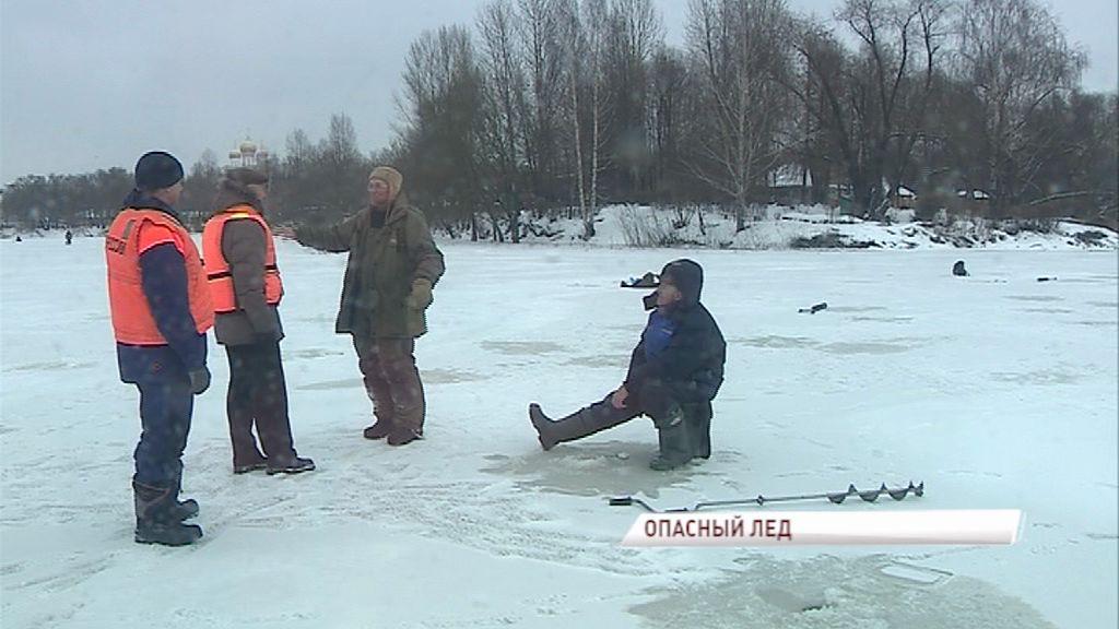 Спасатели напомнили рыбакам, что ловить рыбу на льду пока еще опасно