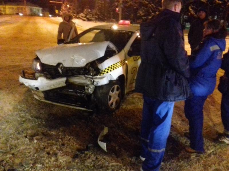 В Рыбинске столкнулись микроавтобус и такси: есть пострадавшие