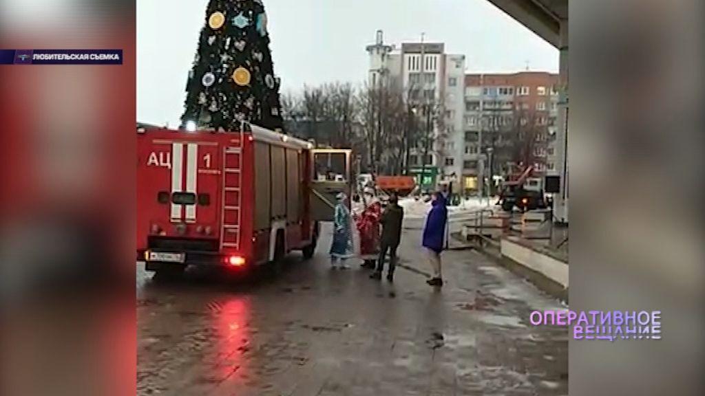 Приставы переоделись в Деда Мороза и Снегурочку и показали детям устройство пожарной машины