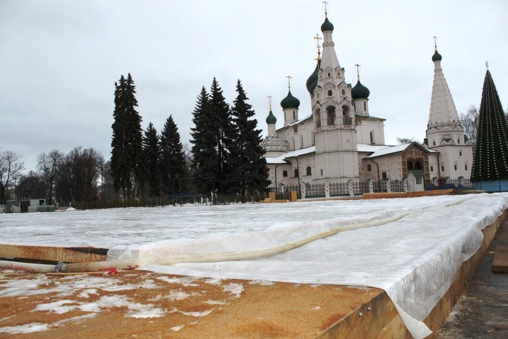 Началась заливка катка на Советской площади