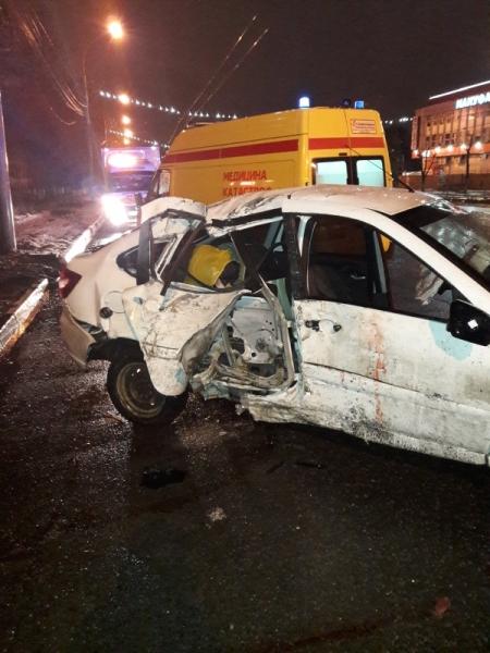 «Лада Гранта» на пустой дороге влетала в столб: два человека пострадали