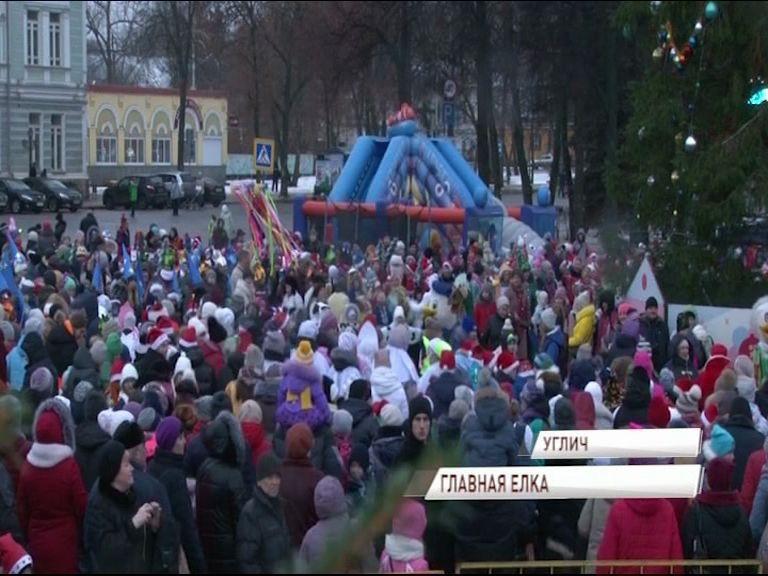 Несколько тысяч угличан зажгли главную елку на Успенской площади