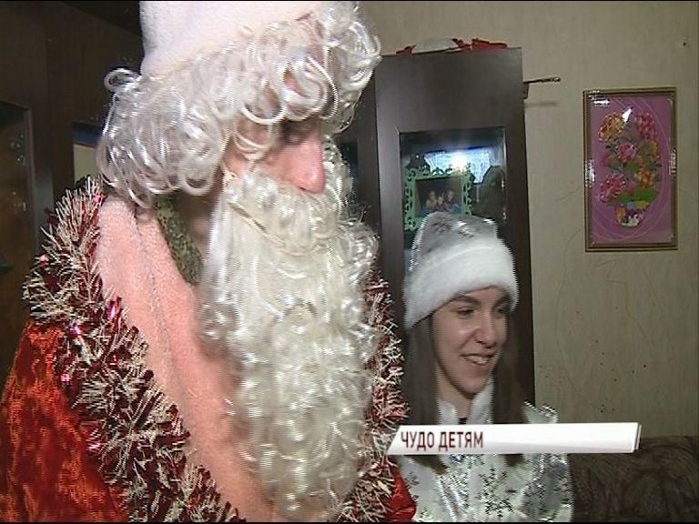Волонтеры в костюмах Деда Мороза и Снегурочки приезжают домой к ребятам из малоимущих семей