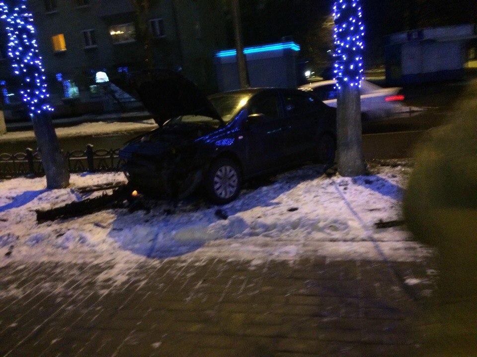 На проспекте Ленина иномарка снесла чугунный забор