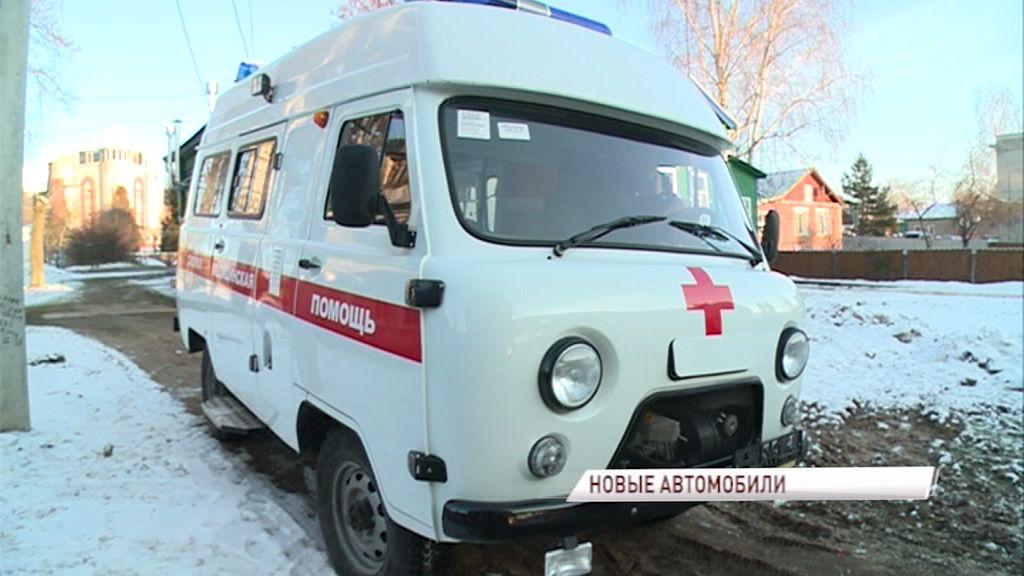 Дмитрий Миронов вручил главному врачу Некрасовской районной больницы ключи от новенького автомобиля скорой помощи