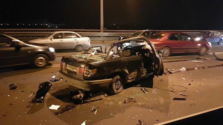 ФОТО: На Октябрьском мосту в ужасном ДТП погиб водитель «Ауди»