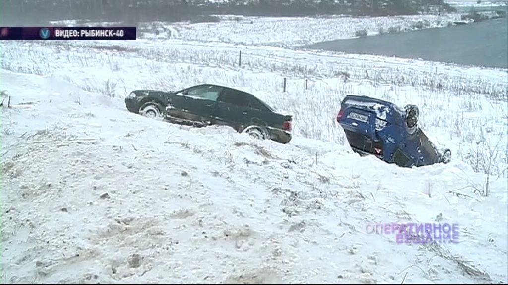 У дамбы в Рыбинске в кювете оказались две машины