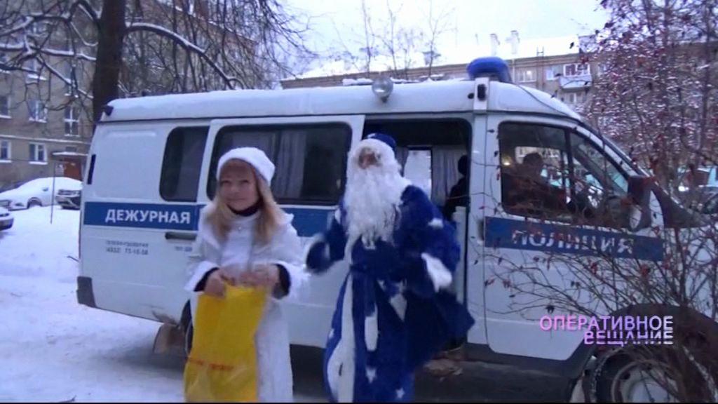 В малообеспеченные многодетные семьи Рыбинска наведался полицейский Дед Мороз