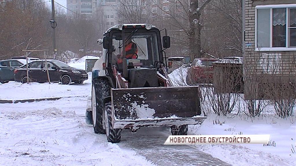 Дворы Фрунзенского района ежедневно убирают от снега более 15 тракторов