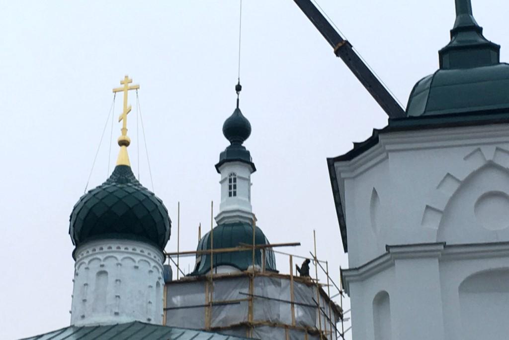 ФОТО: на колокольне Кирилло-Афанасиевского мужского монастыря установили купол