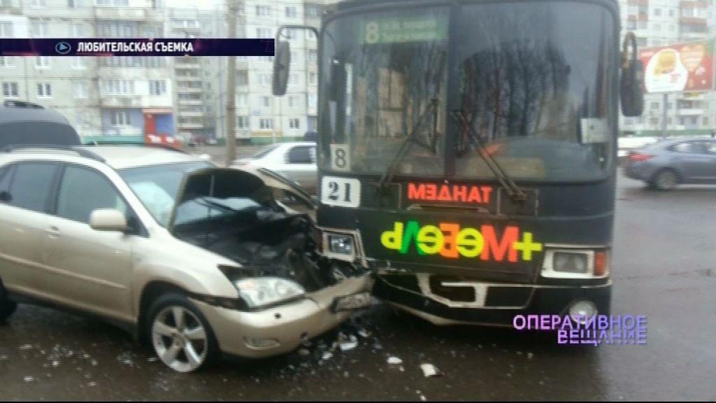 На Ленинградском проспекте в троллейбус врезался паркетный внедорожник, а затем водитель скрутил номера