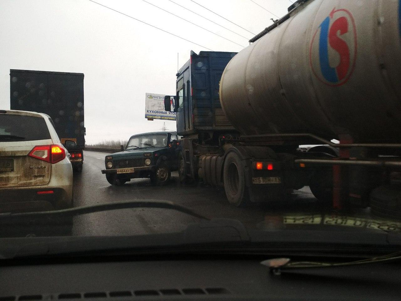 «Нива» «ушла» под бензовоз на Юбилейном мосту