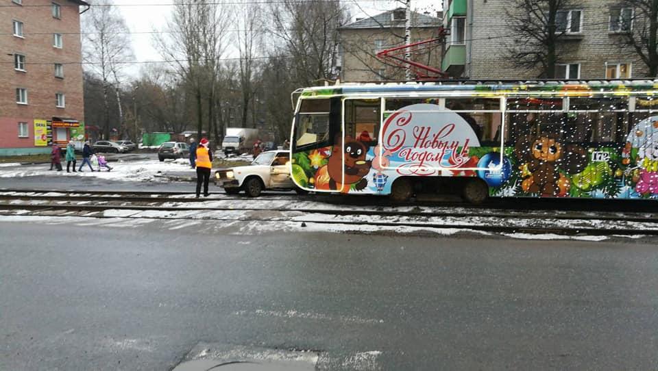 Новогодний трамвай протаранил легковушку на Пятерке