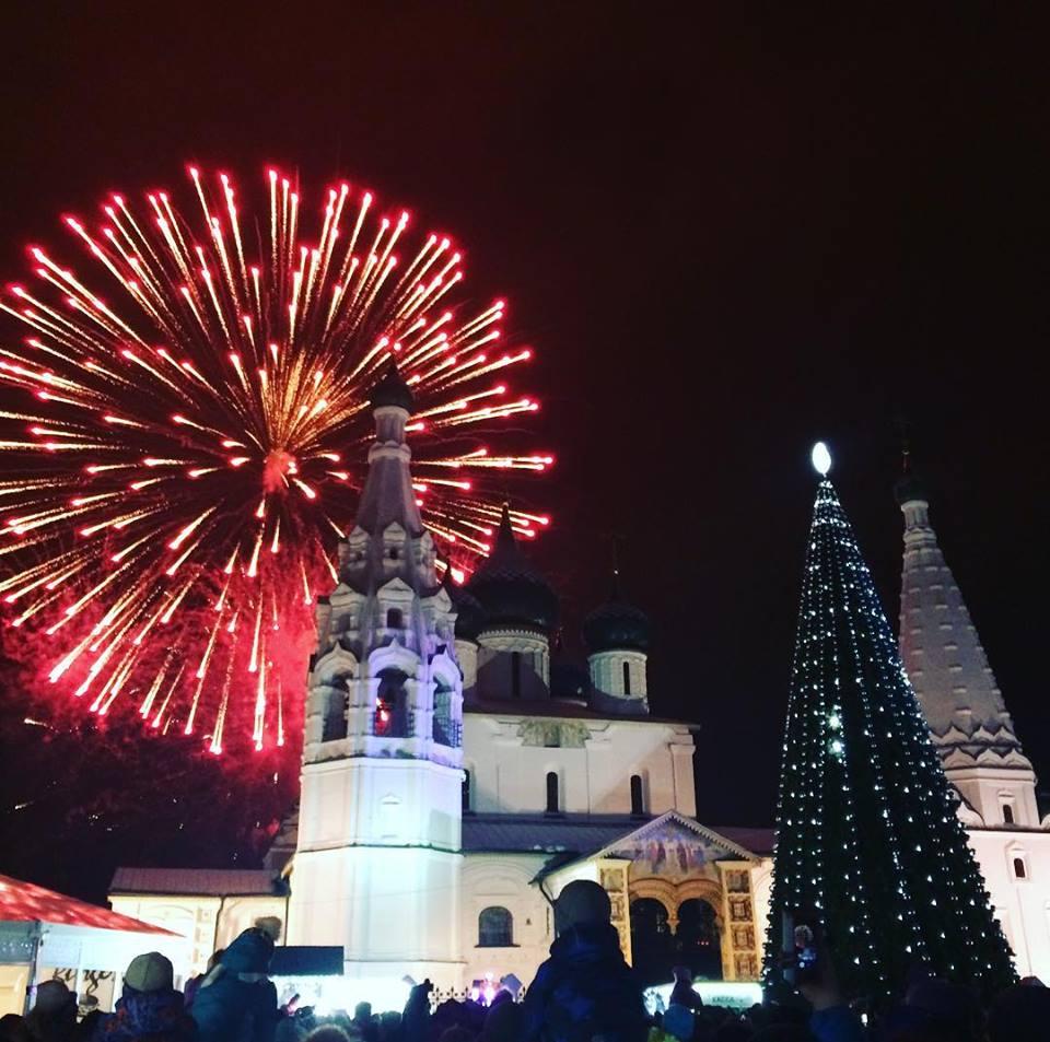 ВИДЕО: Новогодний салют прогремел над Советской площадью
