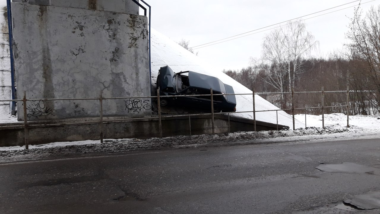 ФОТО: «Лада» влетела в опору моста на Шевелюхе