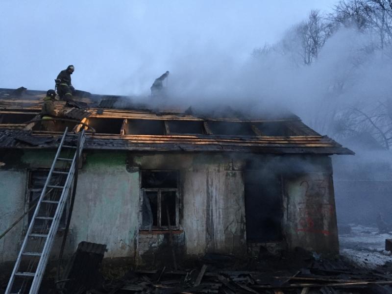 15 огнеборцев почти три часа тушили крупный пожар под Ярославлем