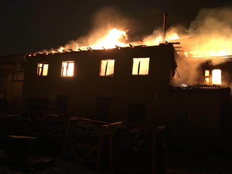 В Ярославле ночью горело деревообрабатывающее предприятие