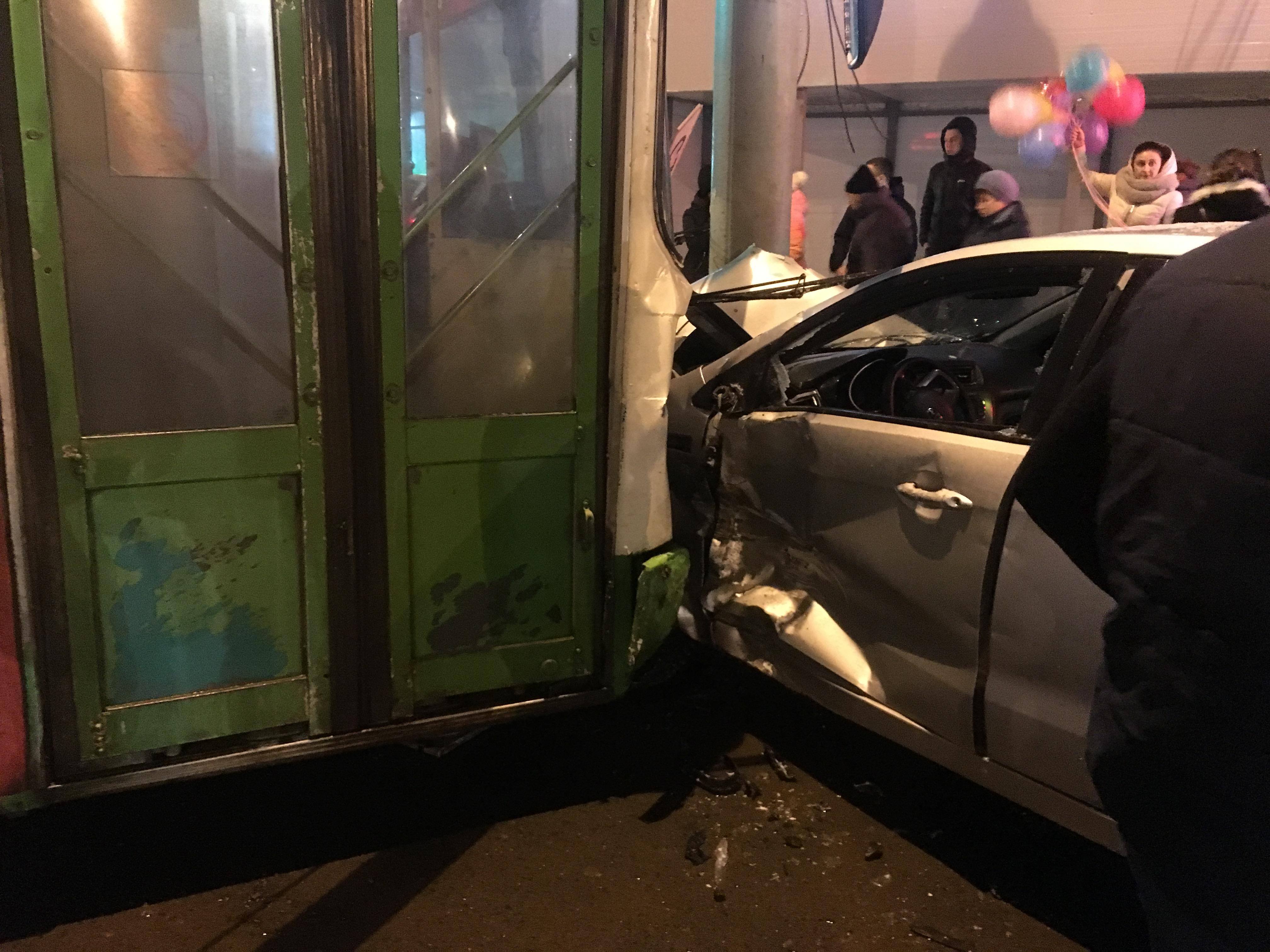 ФОТО и ВИДЕО: В Крестах пассажирский автобус вылетел на встречку и едва не протаранил остановку с людьми