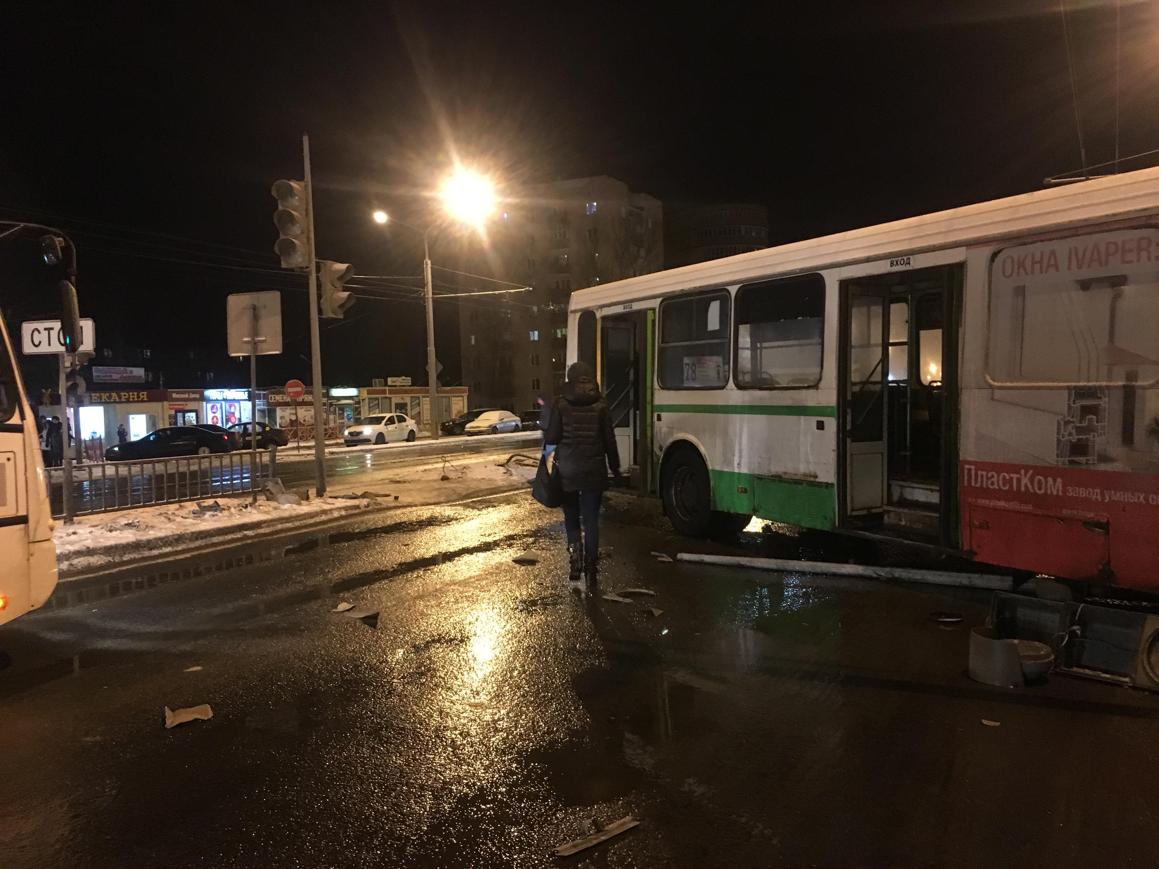 Водитель автобуса, вылетевший на встречку в Крестах, пожаловался на сильный лед на дороге