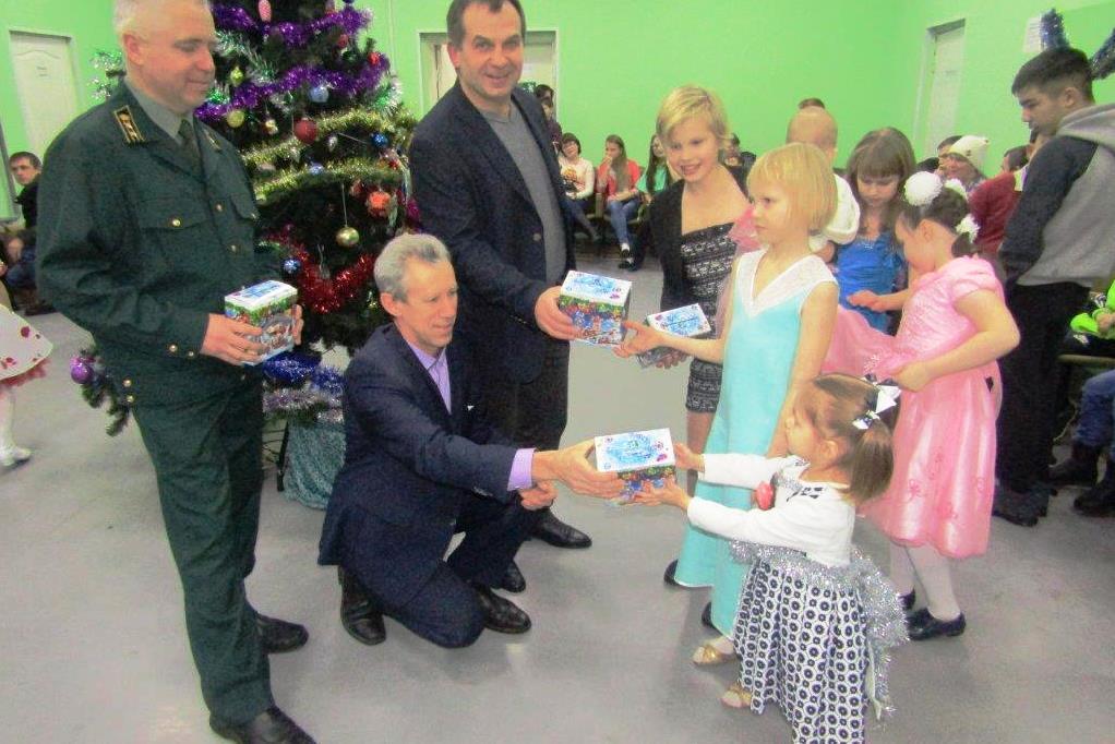 Более 300 детей-сирот получили новогодние подарки в рамках региональной акции «Елка в подарок»