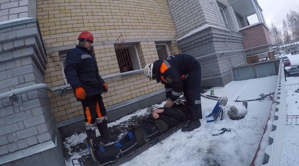 В Ярославле 13-летний мальчик упал с третьего этажа на козырек подъезда, пытаясь достать мяч