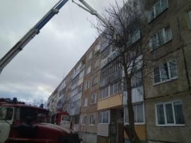 Пожарные спасли трех человек из горящей многоэтажки в Рыбинске