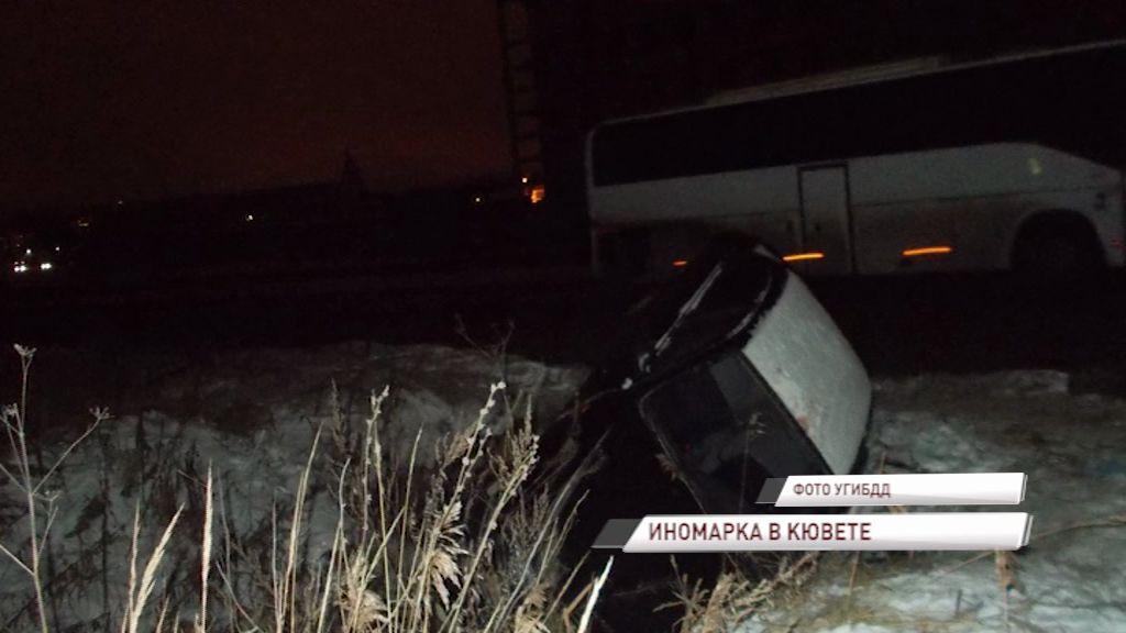 На Промышленном шоссе иномарка вылетела в кювет