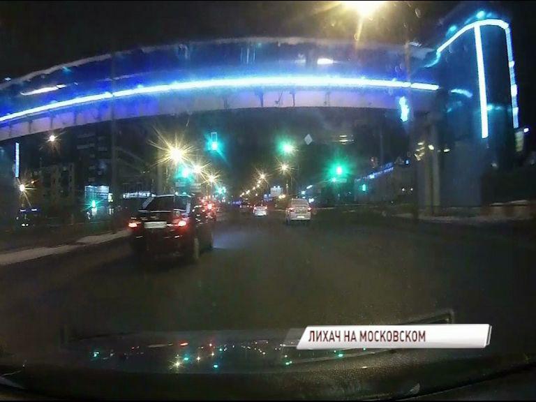 ВИДЕО: Четыре массовых ДТП на Московском проспекте чуть не оказались на совести одного лихача
