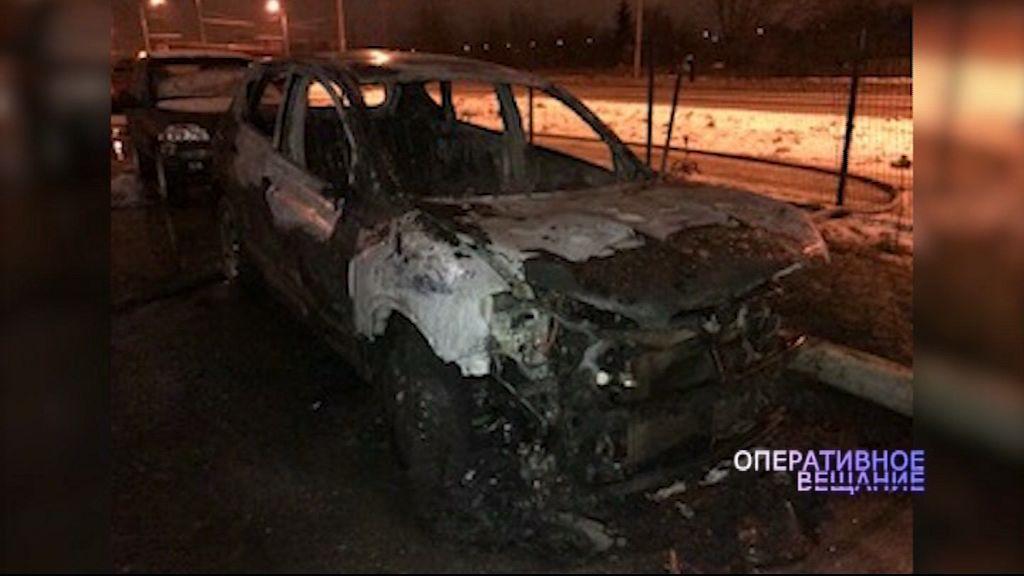 Припаркованная во дворе иномарка полыхала ночью в Рыбинске