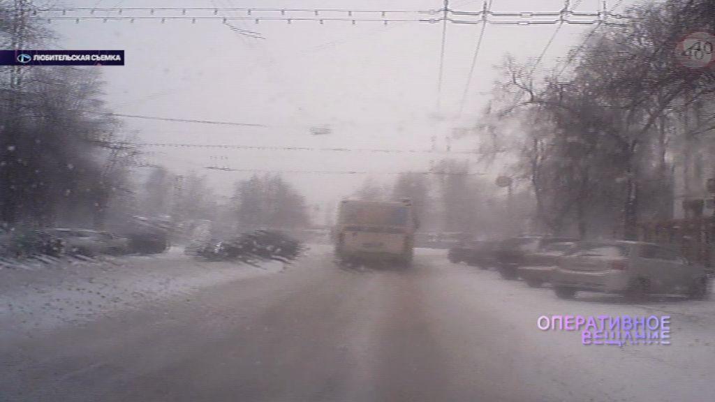 На Советской иномарку занесло и откинуло на припаркованные машины
