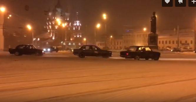 ВИДЕО: Ярославцы устроили дрифт-гонки у памятника Ярославу Мудрому