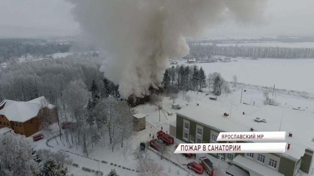 Крупный пожар в Ярославском районе: на территории одного из санаториев загорелся жилой дом